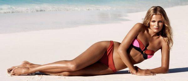 Очень красивая модель на пляже в купальнике