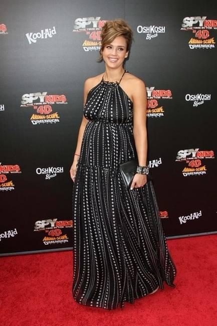 Беременная Джессика Альба в черном платье