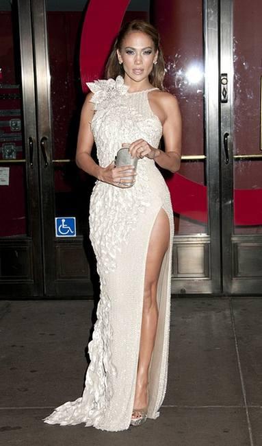 Дженифер Лопес в белоснежном платье Versace