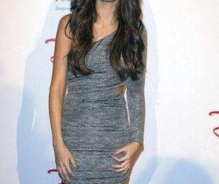 Селена Гомес в маленьком сером платье