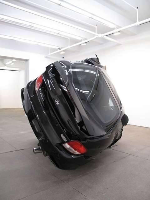Черный автомобиль после аварии