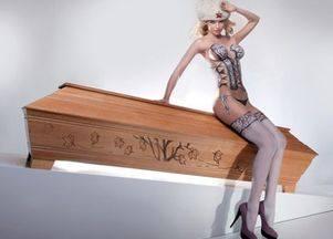 Голые модели рекламируют гробы