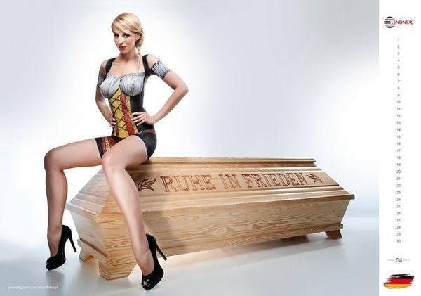 Голая немецкая модель рекламирует гроб