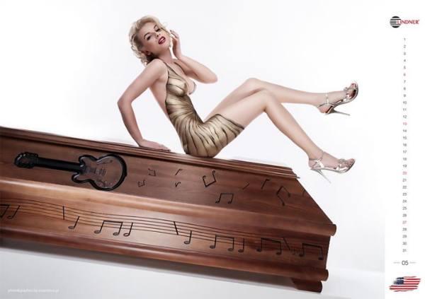 Голая американская модель рекламирует гроб