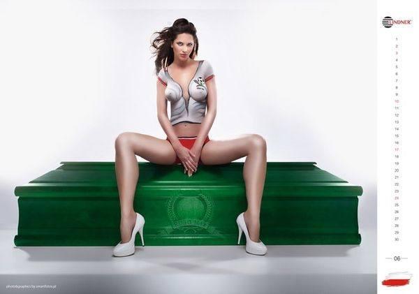 Голая польская модель рекламирует гроб