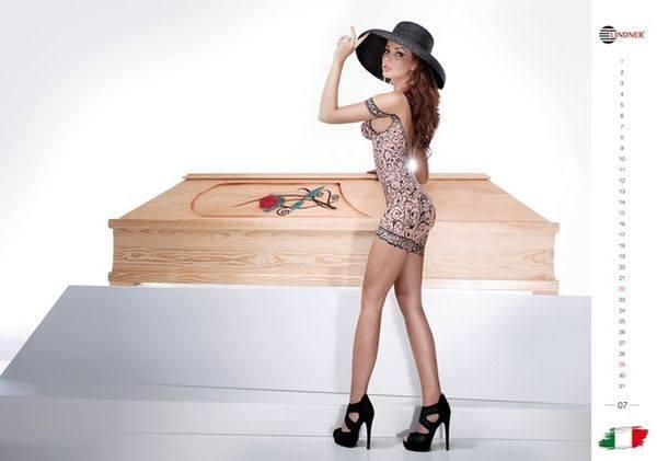 Голая итальянская модель рекламирует гроб