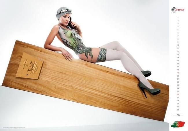 Голая португальская модель рекламирует гроб