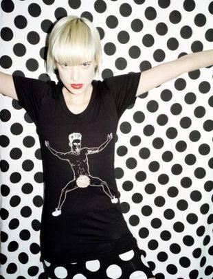 Агнесс Дейн в рекламе «голой футболки»