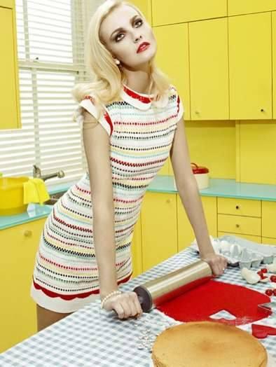 Блондинка Девушка раскатывает тесто