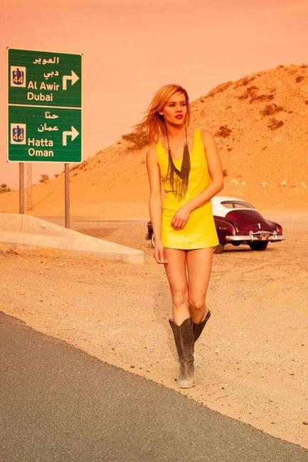 девушка на дороге, фотосессия с ретро автомобилем