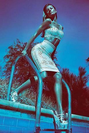 Жизель Бундхен в весенней акции Versace