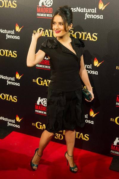 Сальма Хайек в черном костюме