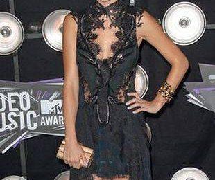 Фото Селены Гомес в черном кружевном платье