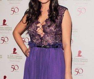 Мила Кунис выбрала фиолетовый