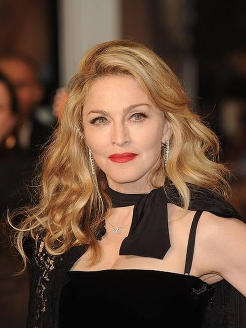 Мадонна в длинном черном платье