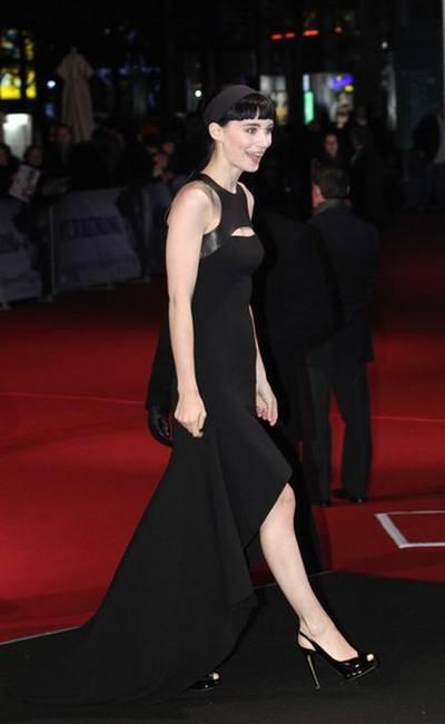 Руни Мара снова надевает черное платье