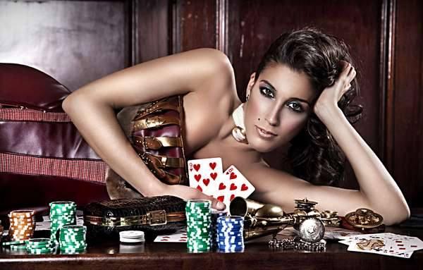 Бурлескная фотосессия за покерным столом