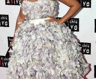 Алисия Кейс скрывает животик под платьем
