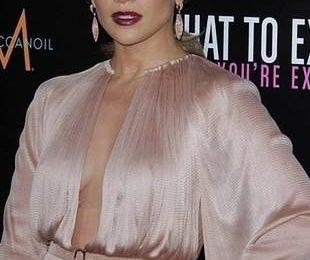 Дженнифер Лопес в платье с опасным декольте