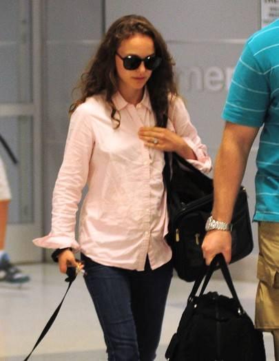 Натали Портман в розовой рубашке и тапочках