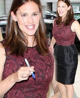 Дженнифер Гарнер в брендовом платье от Джейсона Ву