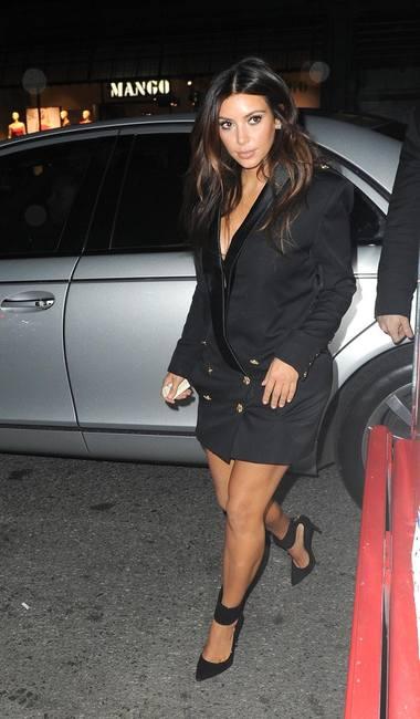 Ким Кардашян в черной куртке
