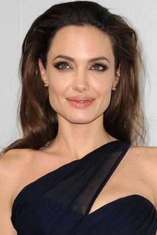 Кто дизайнер свадебного платья Анджелины Джоли?