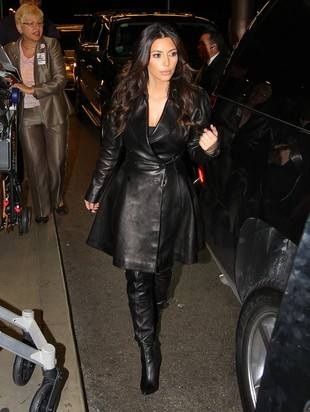 Ким Кардашян в кожаном пальто