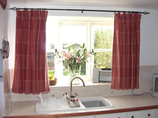 Зачем нужны шторы на кухне?