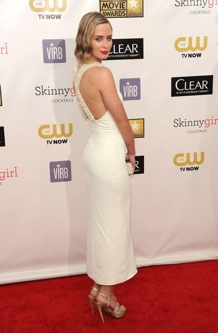 Эмили Блант в белом ретро платье Miu Miu