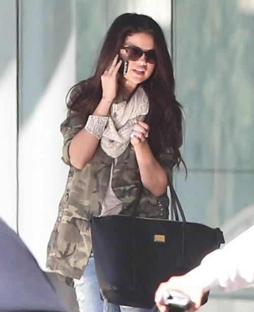 Селена Гомес в военной куртке