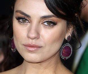 Мила Кунис в светлом платье от Dolce&Gabbana