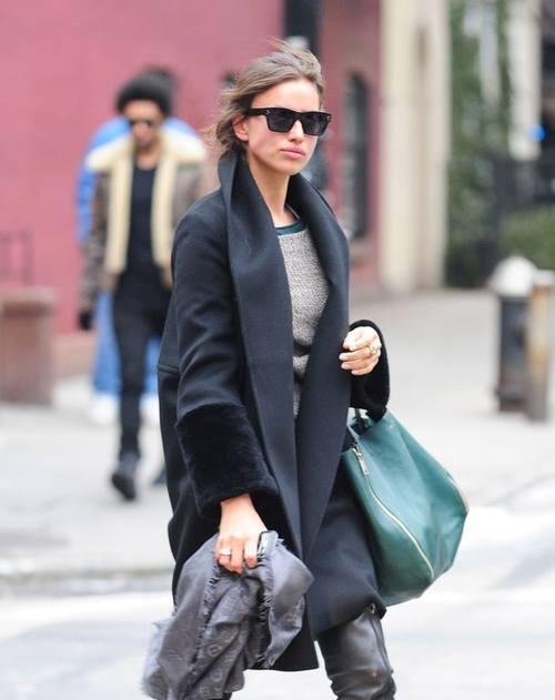 Ирина Шейк в оверсайзовом черном пальто
