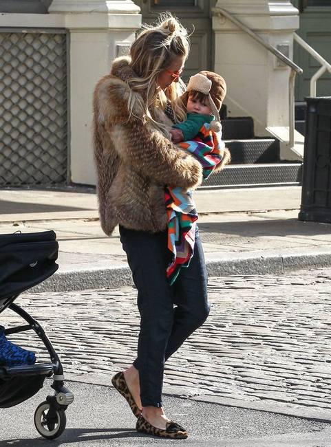 Сиенна Миллер в туфлях Prada