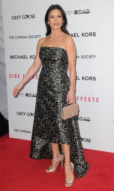 Кэтрин Зета-Джонс в асимметричном платье