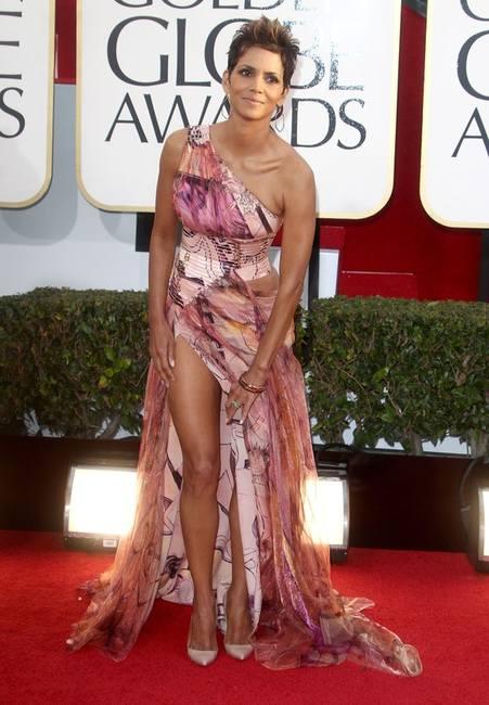 Холли Берри в цветастом платье Versace