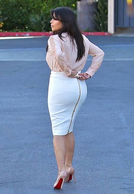 Ким Кардашян любит тесные юбки