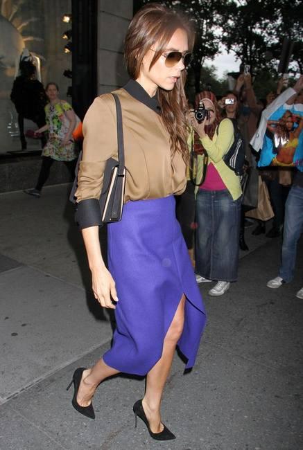Виктория Бекхэм в синей юбке своего проекта