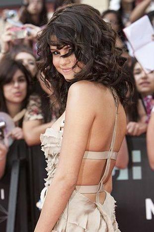 Селена Гомес в роскошном платье от Burberry