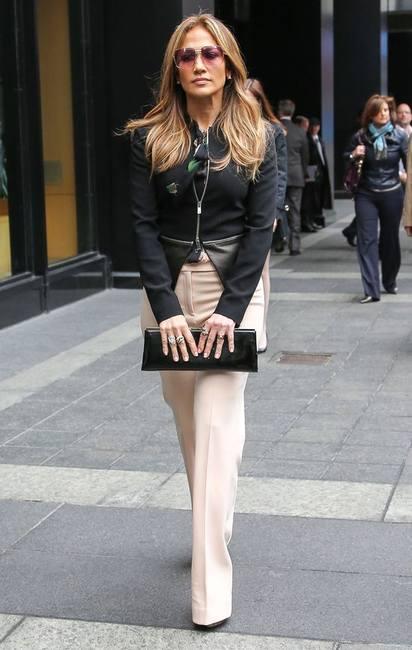 Дженнифер Лопес в классических розовых штанах