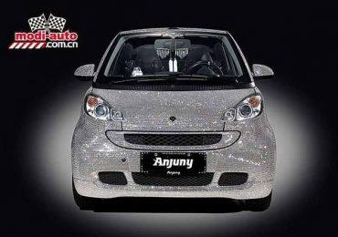Еще один автомобиль, усыпанный кристаллами