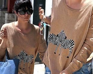 Сельма Блэр в свитере с зебрами