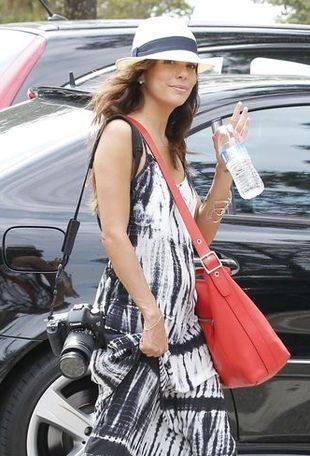 Ева Лонгория любит красные сумки через плечо