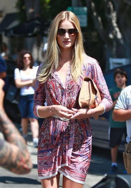 Рози Хантингтон-Уайтли в летнем платье Isabel Marant