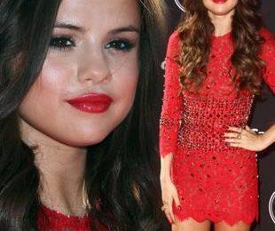 Молодая певица в красном платье Dolce & Gabbana
