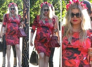 Ферджи в платье в розах
