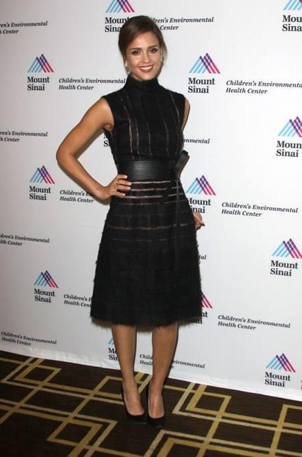 Джоан Смолс в кампании Fendi и платье Джессики Альбы