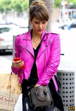 Джессика Альба в розовой куртке и пальто Kenzo