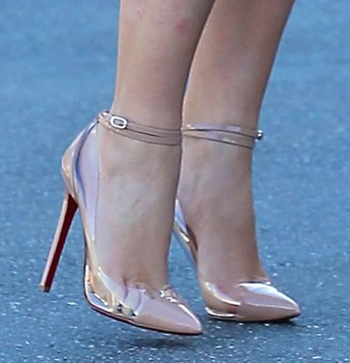 Ким Кардашян носит тесную обувь!