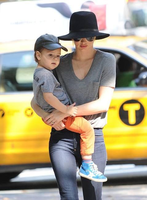 Миранда Керр - модная мама в шляпе